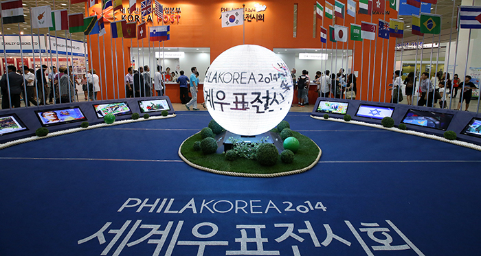 Crowds gather at the PHILAKOREA 2014 World Stamp Exhibition, held at COEX in southern Seoul, from August 7 to 12. (photo: Jeon Han)